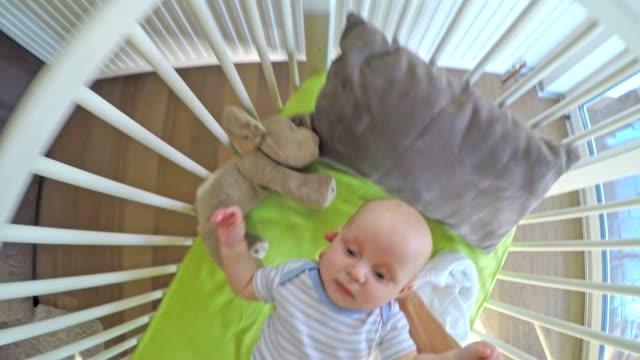 POV Eltern setzen baby im Kinderbett