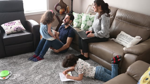 genitore che lavora da casa durante il distanziamento sociale covid-19 - emigrazione e immigrazione video stock e b–roll
