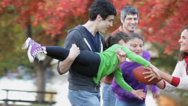 vídeos de stock e filmes b-roll de ts parents and children playing football together in park / richmond, virginia, usa - família com quatro filhos