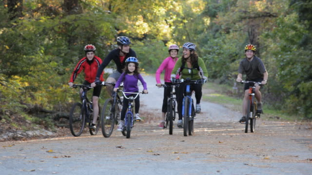 vídeos y material grabado en eventos de stock de ts parents and children riding bikes together on path in woods / richmond, virginia, usa - familia con cuatro hijos