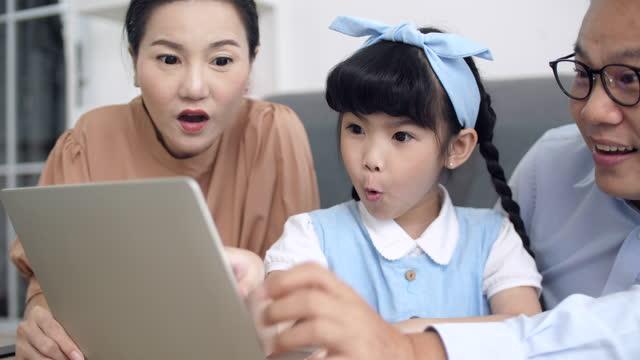 vídeos y material grabado en eventos de stock de los padres y la hija se divierten con la tableta - epidemiología
