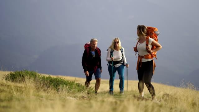 親と娘の山で家族とハイキング - bar点の映像素材/bロール