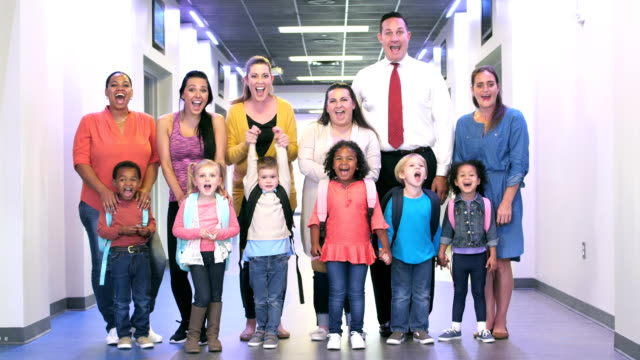 vídeos de stock, filmes e b-roll de pais e crianças prées-escolar no corredor da escola - grupo grande de pessoas