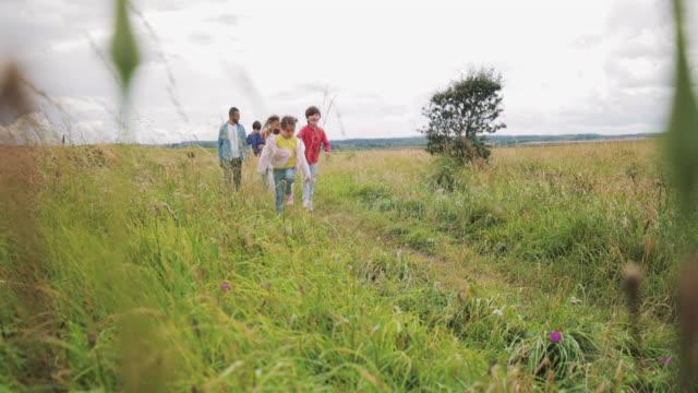 両親と 3 人の子供の散歩に - カンブリア州点の映像素材/bロール