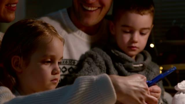 vídeos de stock, filmes e b-roll de pais se unindo e fazendo artesanato com seus dois filhos pequenos - família de dois filhos