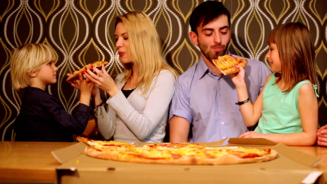 vídeos y material grabado en eventos de stock de los padres, hijos y pizza. - doughter