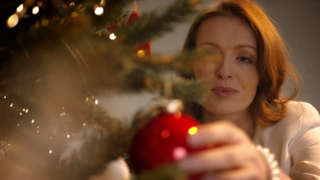 stockvideo's en b-roll-footage met parents decorating christmas tree - kerstboom versieren