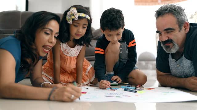 子供たちと一緒に描く親 - 4歳から5歳点の映像素材/bロール