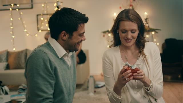 eltern giftig einander am heiligabend - weihnachtsgeschenk stock-videos und b-roll-filmmaterial