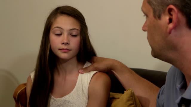 vidéos et rushes de les parents ont discussion sérieuse avec sa fille-gros plan - fille de
