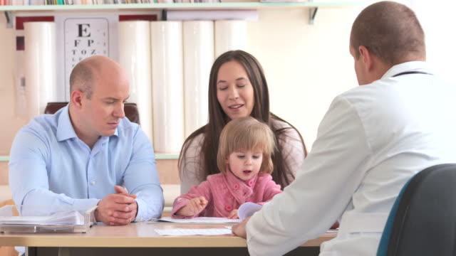 vídeos de stock, filmes e b-roll de hd: os pais se discussão com pediatra - pediatra