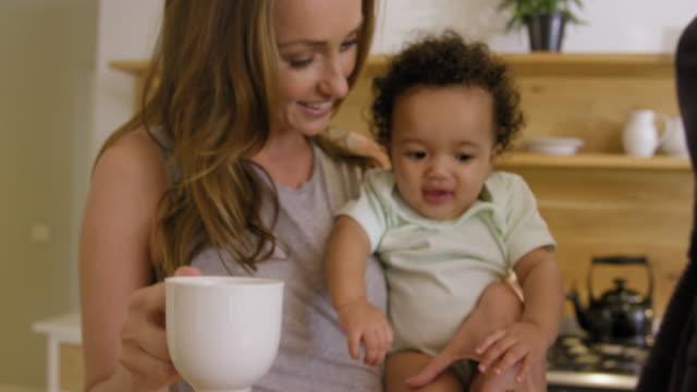vídeos de stock e filmes b-roll de parents holding girl - 6 11 meses