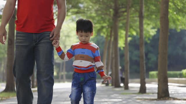 vidéos et rushes de les parents jouent avec l'enfant en plein air - bras humain