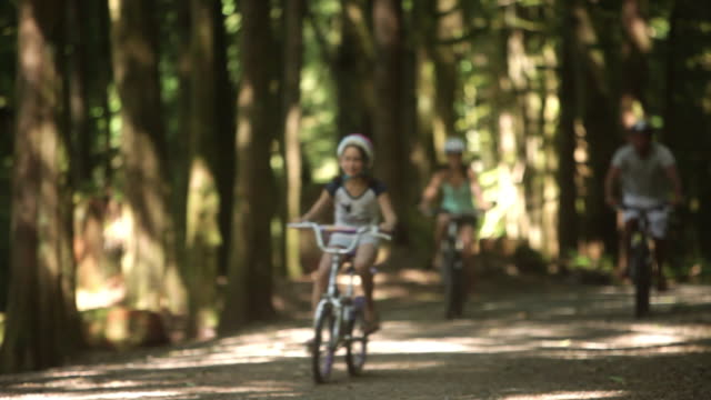 vidéos et rushes de ws pan parents with children (8-11) cycling in squamish alice lake park / squamish, british columbia, canada - 8 9 ans