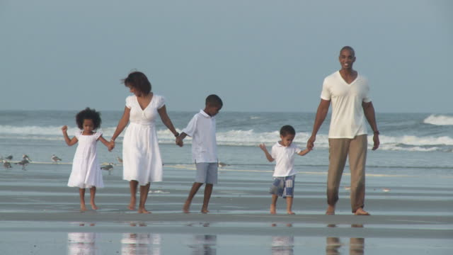 ws zi zo pan parents with children (2-9) walking on beach / jacksonville, florida, usa - familie mit drei kindern stock-videos und b-roll-filmmaterial