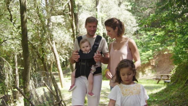 vidéos et rushes de parents avec des filles dans la forêt pendant l'été - famille monoparentale