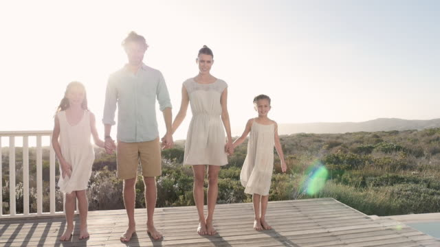 parents with daughters jumping - familie mit zwei kindern stock-videos und b-roll-filmmaterial
