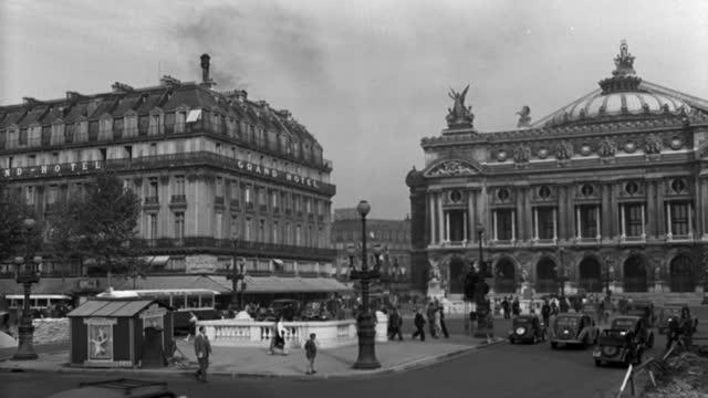"vídeos de stock, filmes e b-roll de dx - paris - 1947-1950 era - place de la opera toward ""swiss air"" building - pan r past the grand hotel to full l.s. the opera house - b&w. - 1947"