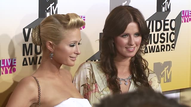 paris and nicky hilton at the 2006 mtv video music awards arrivals at radio city music hall in new york city, new york. - 後ろで束ねた髪点の映像素材/bロール