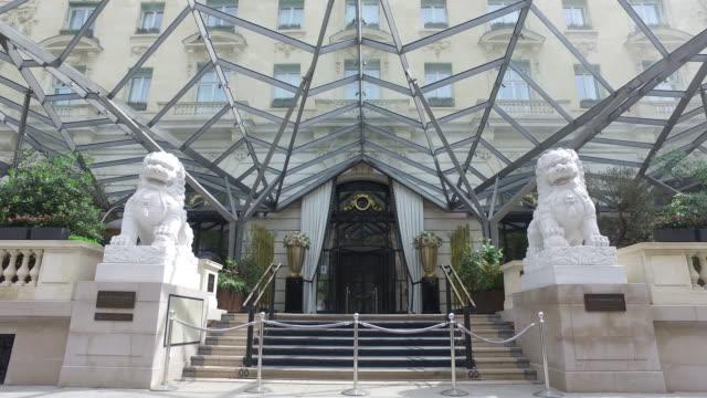 paris, april 21, 2020. palace the peninsula paris closed following the coronavirus crisis. the twelve parisian palaces are closed. - building entrance stock videos & royalty-free footage