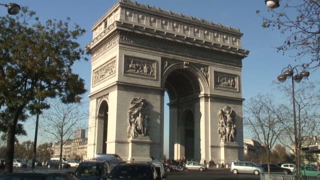 (hd1080i) paris: arc de triomphe traffic,  jump-cuts - triumphal arch stock videos & royalty-free footage