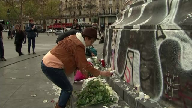 vidéos et rushes de 129 people killed across the city reflection of police officer in window armed police officers on the street place de la rã©publique statue of... - mémorial