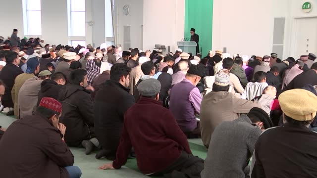 Morden mosque service INT Various of Fruday Prayers and Muslim men at service / Imam chanting SOT / men praying