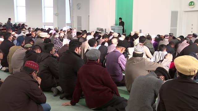 vidéos et rushes de morden mosque service int various of fruday prayers and muslim men at service / imam chanting sot / men praying - mosquée