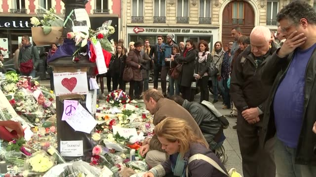 vidéos et rushes de tributes and vigil near the bataclan theatre france paris ext flowers and tributes near to bataclan theatre / vigil at bataclan theatre - mémorial