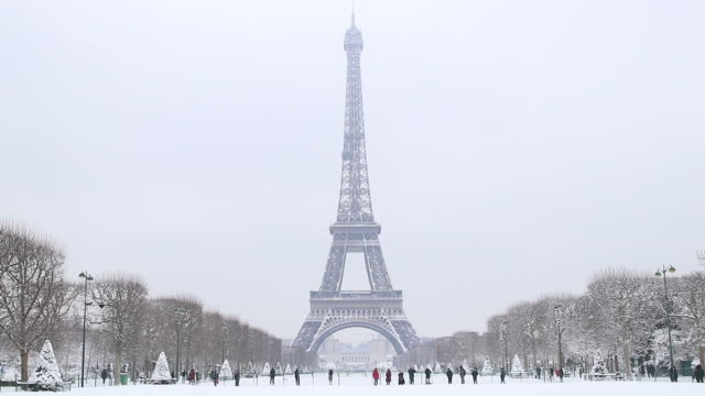 paris avec de la neige, 2018, eiffel tower - eiffel tower paris stock videos & royalty-free footage
