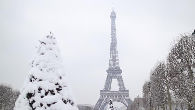 paris avec de la neige, 2018, eiffel tower - エッフェル塔点の映像素材/bロール