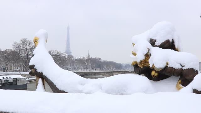 paris avec de la neige, 2018, pont alexandre iii - pont alexandre iii stock videos & royalty-free footage