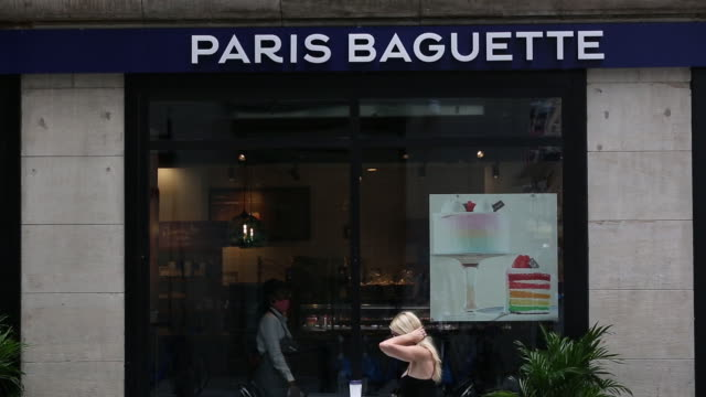 vídeos y material grabado en eventos de stock de paris baguette boulangerie in midtown manhattan during covid19 pandemic new york ny us on wednesday july 8 2020 - escritura occidental