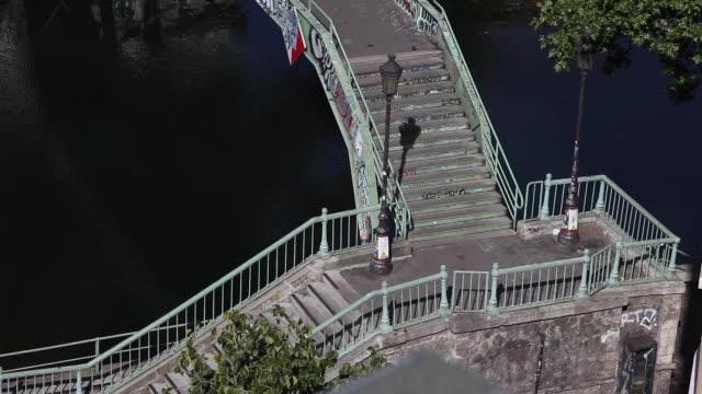 vídeos de stock, filmes e b-roll de paris. bridge over the saint martin canal - escadaria