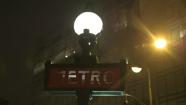paris by night, signage metro entrance - île de france stock-videos und b-roll-filmmaterial
