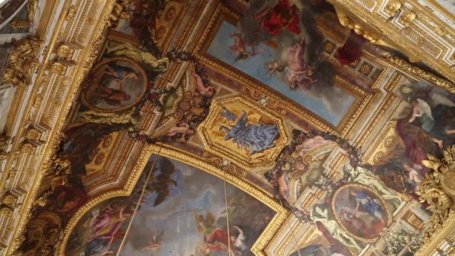 stockvideo's en b-roll-footage met paris, ceilings with paintings in chateau de versailles - versailles