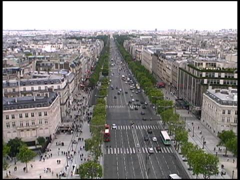 vidéos et rushes de paris champs-élysées, au sommet de l'arc de triomphe. la france - arc élément architectural