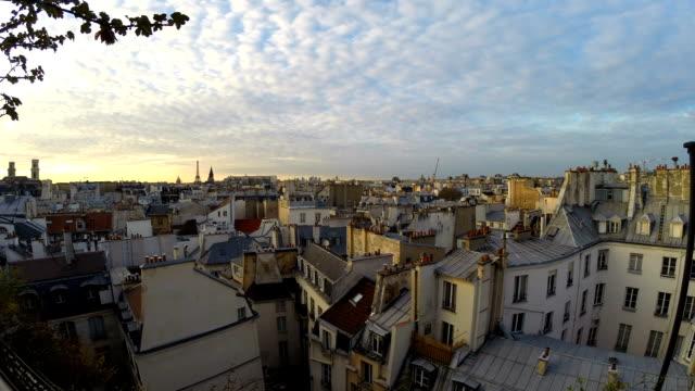 vidéos et rushes de toits de la ville de paris au coucher du soleil, timelapse - toit