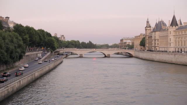 パリの夕暮れの街並み - ポンヌフ点の映像素材/bロール