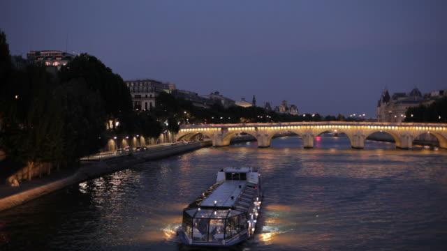 パリの夜の街並み - ポンヌフ点の映像素材/bロール