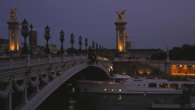 vidéos et rushes de paris cityscape - rive