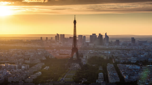 time lapse: paris eiffel tower at sunset - eiffel tower paris stock videos & royalty-free footage