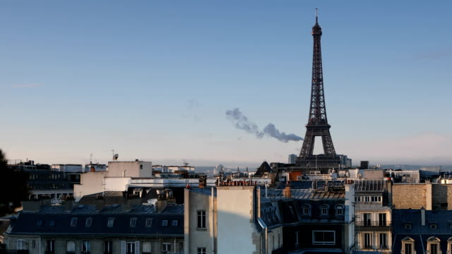 vidéos et rushes de paris tour eiffel morning view - toit
