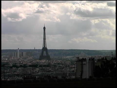 vídeos de stock, filmes e b-roll de silhueta paisagem urbana de paris eiffel tower - ângulo agudo