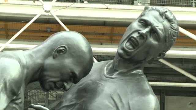 paris el polemico cabezazo de zidane a materazzi en la final del mundial 2006 inspira una escultura gigante voiced un celebre cabezazo en bronce on... - escultura stock videos & royalty-free footage