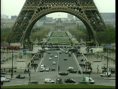 paris ext tgvs mass of traffic towards at arc de triomphe la gv cars past lms cars driving past arc de triomphe ms peugeot car towards ms citroen car... - strohdach stock-videos und b-roll-filmmaterial