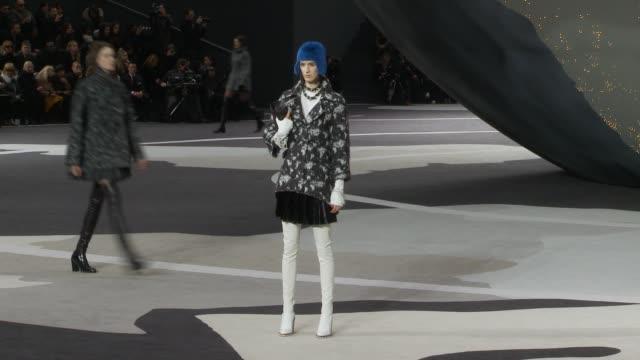 vídeos de stock e filmes b-roll de paris fashion week a/w 2013 chanel on march 05 2013 in paris france - desfile de moda