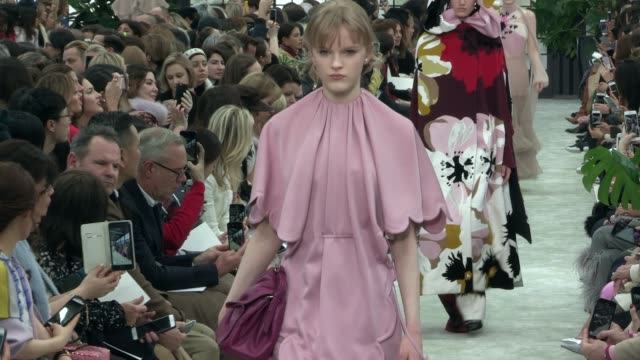 vidéos et rushes de runway paris fashion week a/w 2018 valentino at on march 4 2018 in paris - collection automne hiver