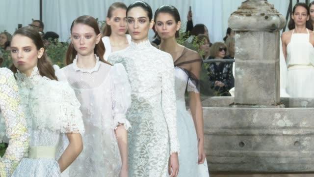 vídeos y material grabado en eventos de stock de paris fashion week - haute couture spring/summer 2020 : chanel on january 20, 2020 in paris, france. - colección de la moda de primavera y verano
