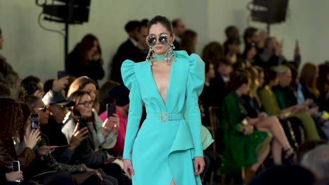 paris fashion week - haute couture spring/summer 2020 : elie saab on january 22, 2020 in paris, france. - paris fashion week - haute couture spring/summer 2020点の映像素材/bロール